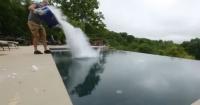 La genial reacción química que ocurre al arrojar hielo seco a una piscina