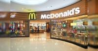 """El diseño """"sólo para adultos"""" de los vasos navideños de McDonald's que causa polémica"""