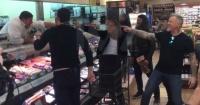 """Metallica sorprende a sus fanáticos y cantando """"Enter Sandman"""" en un supermercado"""