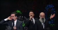 "Imperdible: Stephen Colbert, Michael Stipe y James Franco entonan particular versión de ""It's The End Of The World"""