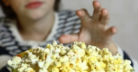 La fatal razón por la que NUNCA deberías darle palomitas de maíz a tu hijo