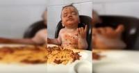¡Contra viento y marea! La particular forma de comer espaguetis de un niño que se volvió viral