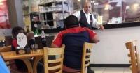 Hacían 48° y un hombre tuvo un noble gesto con estos niños que pedían dinero en la calle