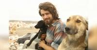 Dejó su carrera para irse a vivir con 500 animales y su historia conmueve al mundo