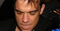 La irónica respuesta de Robbie Williams a las críticas por desinfectarse las manos tras tocar a los fans