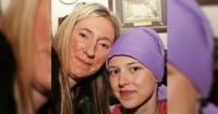 Su hija murió de cáncer y al mover el espejo de su pieza se llevó una inesperada sorpresa