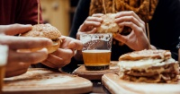 ¿Por qué nos da hambre después de beber alcohol?