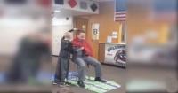 Director de una escuela deja que un alumno le rasure la cabeza por una conmovedora razón