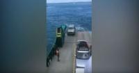 Epic fail: olvidó poner el freno de mano y su camioneta cayó al mar