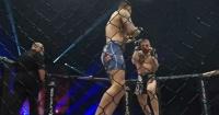 Luchador golpea a rival que está inconsciente y el árbitro reacciona de una manera que nadie esperaba