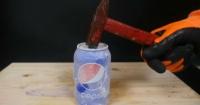 Esto es lo que sucede si golpeas un refresco congelado en nitrógeno líquido