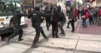 Solo bastaron 30 segundos: así reacciona la policía de EE.UU cuando manifestantes bloquean la calle