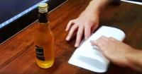 El truco para abrir una botella de cerveza con solo una hoja de papel