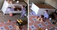 Niño de 2 años salva a su hermano al levantar un mueble que lo aplastaba