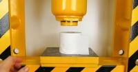 Esto ocurre cuando pones un rollo de papel higiénico en la poderosa prensa hidráulica