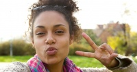 """Cada vez que te tomas una foto haciendo el """"símbolo de la paz"""" corres un grave peligro"""