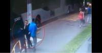 Ladrones huían sin apuro después de robar a transeúntes pero un policía les dio una dura lección