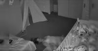 Usó su imaginación para salir del cuarto de su hijo sin despertarlo y su peculiar técnica se volvió viral