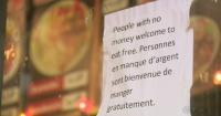 En este restaurante ofrecen comida gratis a quienes no tienen dinero y todos los aplauden
