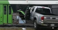 Impactante choque de un camioneta que terminó incrustada en un bus luego de perder el control