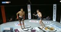 La vergüenza de su vida: luchador termina noqueado por burlarse de su rival