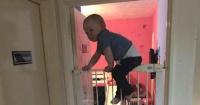 """Este """"super bebé"""" escapa de su habitación escalando una reja alta como todo un gimnasta"""
