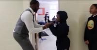 Este maestro creó un saludo personalizado para cada estudiante y ahora ninguno falta a clases
