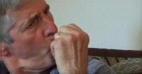 Hombre con Parkinson prueba marihuana por primera vez y esta fue su reacción