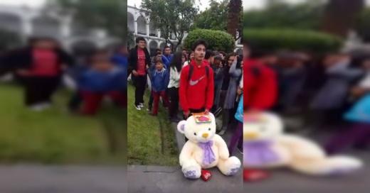 Todos se burlaban de este joven por su peluche gigante, hasta que llegó su novia y pasó esto