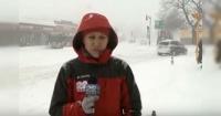 Periodista hacía despacho en vivo, cuando apareció una extraña figura que se robó toda la atención