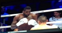 Ganó pelea de kick boxing con controversial nocaut y el público se vengó de la peor forma