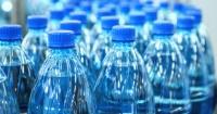 Por esta razón el agua en botella de plástico tiene fecha de vencimiento