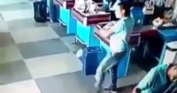 """Se le cayó una lata en el supermercado y lo que hizo para """"rescatarla"""" dejó a todos sorprendidos"""