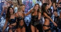 Ángel de Victoria's Secret sufre caída en pleno show y se vuelve viral