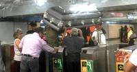 La insólita imagen de un ataúd siendo trasladado en una estación de metro