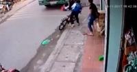 El aterrador momento en que un niño cae en las ruedas de un camión