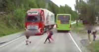 El escalofriante momento en que un niño cruza la calle sin mirar y se encuentra con un camión
