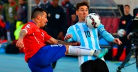 El genial tapabocas de un chileno a un hincha argentino que se burló de la no clasificación de La Roja