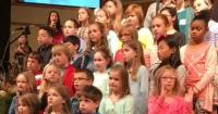 Era su primera vez en el coro de la iglesia, se salió del guión y ahora es viral en la web