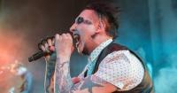 Marilyn Manson utiliza un rifle en un concierto y se gana el repudio de todos