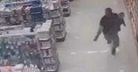 Policía mató a dos asaltantes en una farmacia mientras cargaba a su bebé en brazos