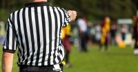 El árbitro que rompió las leyes físicas con un extraño movimiento y se hizo viral