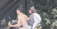 ¿Un hombre desnudo manejando una moto? La foto que está confundiendo a todos en las redes sociales