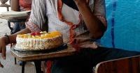 Nunca había recibido un pastel de cumpleaños y su reacción conmueve a todo el mundo