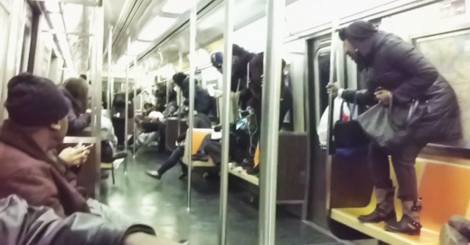 El momento en que una gran rata desata el caos dentro del metro de Nueva York