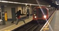 El escalofriante momento en que un hombre salta las vías cuando se acerca el metro