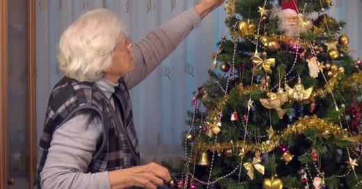 Abuela creyó comprar bolas para adornar el árbol de navidad pero su nieta se percató del grosero error