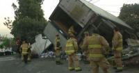"""Lamentable accidente: Camión cargado con cervezas volcó y todos se pusieron a """"ayudar"""" a recogerlo"""