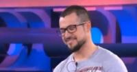 Concursante hace el ridículo en la televisión al fallar una respuesta que tenía en su camiseta