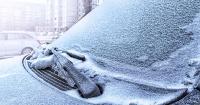 Le arrojó agua caliente al parabrisas del auto congelado y terminó en desastre